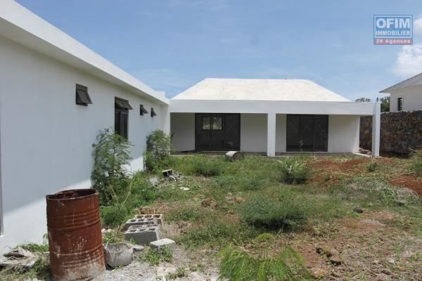 Flic en Flac vente une grande villa neuve de 4 chambres en suite avec piscine et garage dans quartier résidentiel et calme.