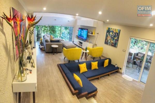 Albion à vendre charmante villa magnifiquement arborée et clos 5 chambres plus une petite villa 2 chambres avec grande piscine au bord d'une plage.
