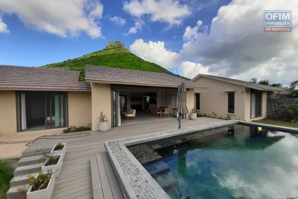Rivière Noire à louer récent duplex de 3 chambres offrant une belle vue sur les montagnes et situé dans un complexe sécurisé en bord de mer.