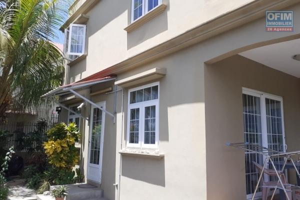 Flic en Flac location villa 4 chambres avec piscine commune, située dans un quartier calme.