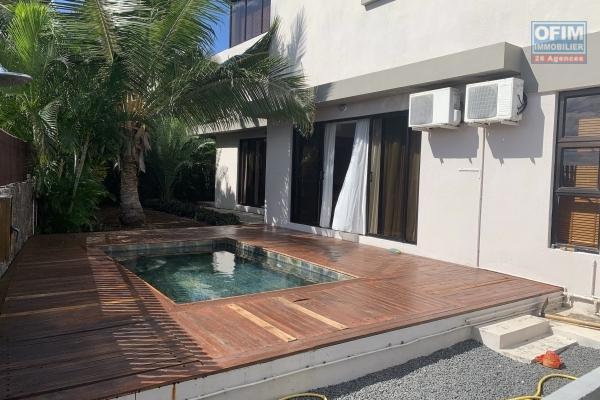 Rivière Noire à louer charmante villa 3 chambres et 1 bureau, décorée avec goût, une vue époustouflante, piscine et jardin. Située dans un quartier sécurisée, résidentiel au calme.