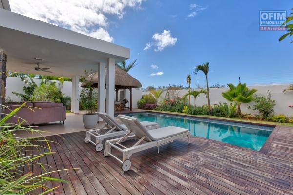 Villa T4 neuve et très spacieuse à louer sur Grand Baie (à 2 mn du mall et du golf de Mon Choisy) dans un domaine privé et sécurisé.