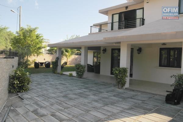 Rivière Noire à louer charmante et agréable villa 4 chambres avec piscine possédant un vaste jardin arboré et clos dans un morcellement résidentiel et calme.