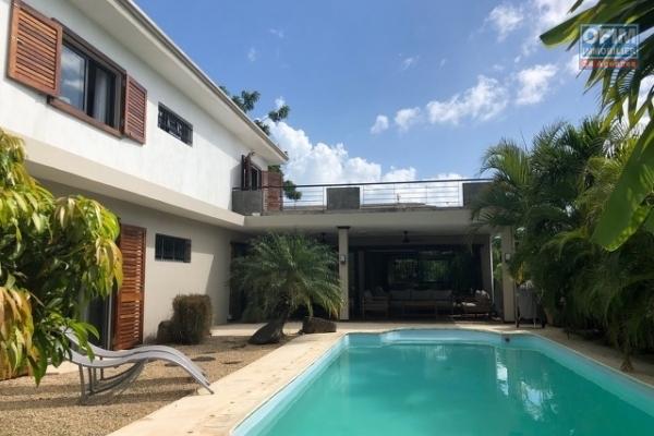 A louer une villa neuve T4 avec piscine privée et cour clôturée à chemin 20 pieds, Grand Baie.