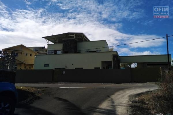 Superbe maison atypique style industriel offrant une multitude de possibilité sur un immense terrain joliment arborer à vendre à Flic en Flac