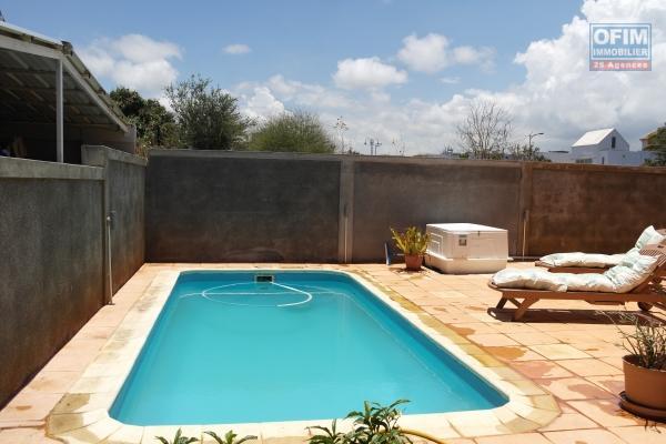 Flic en Flac à louer grande villa neuve 4 chambres en suite avec piscine et garage dans quartier résidentiel et calme.