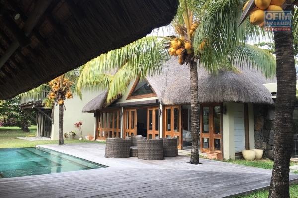 A louer villa 1500 m2 de terrain les pieds dans l'eau à Trou aux biches