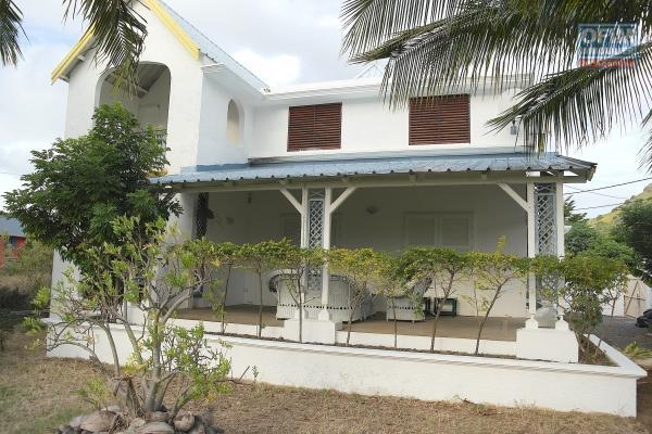 Tamarin à louer belle villa de 4 chambres avec piscine située dans un complexe sécurise proche plage et commerces.