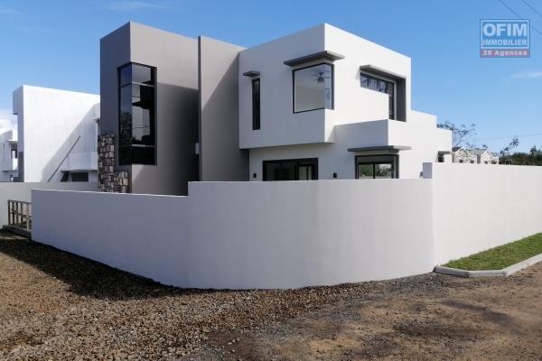 A vendre luxueuse villa contemporaine de 205 m2 avec piscine et jardin non loin du lagon et des commerces à Grand Baie.