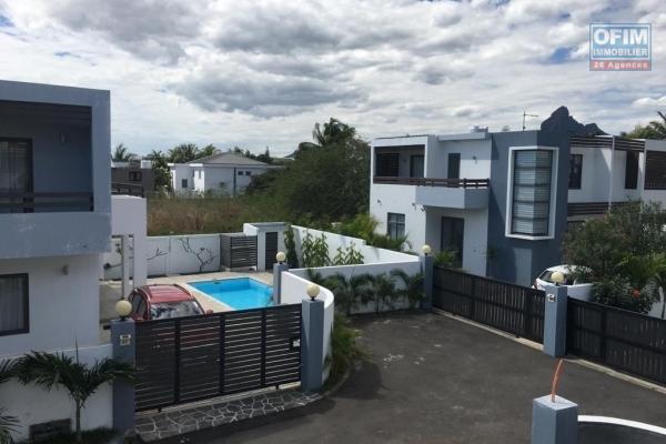 Rivière Noire à louer immense villa 5 chambres avec un vaste espace extérieur arboré et clos proche des commerces, plage et écoles.
