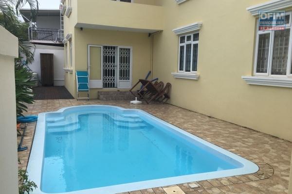 A louer T3 duplex avec piscine commune à 70 mètres de la plage publique à Trou aux Biches.