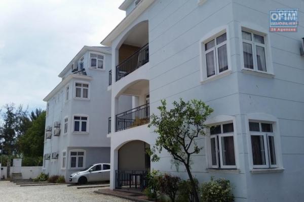 Flic en Flac à louer appartement 3 chambres au bord de la plage avec piscine dans résidence sécurisée 24H/24H.
