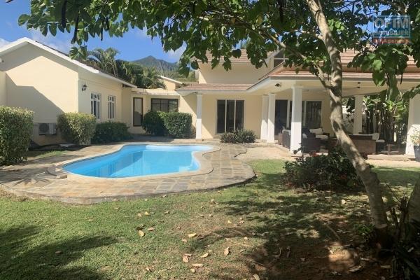 Rivière Noire à louer récente et agréable villa 3 chambres et 1 bureau avec piscine située dans un quartier résidentiel, sécurisé et calme.