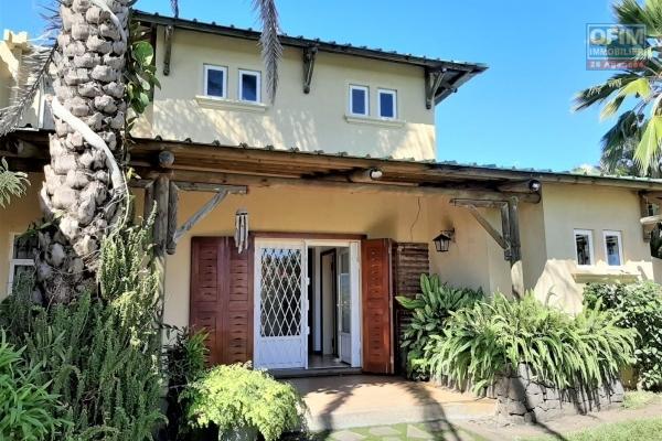 Tamarin à vendre spacieuse maison de 3 chambres + guest cottage, offrant une vue imprenable sur la montagne du Rempart.