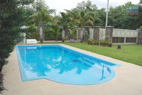 Tamarin à louer confortable maison de 4 chambres avec guest cottage, piscine et jardin arboré.