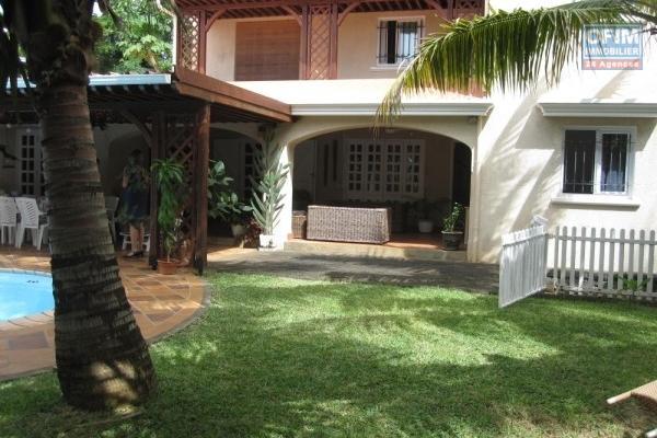 A vendre villa dans un quartier très prisé et résidentiel de la Pointe aux Canonniers sur une grande parcelle de terrain avec beaucoup de potentiel à 5 minutes de la plage.