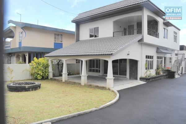 Vacoas à louer belle villa 4 chambres non meublées avec garage 2 voitures, situé dans un quartier calme.