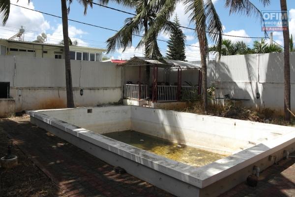 Albion à vendre villa 11 chambres avec piscine sur 577M2 de terrain située dans le quartier de Belle Vue au calme prévoir de gros travaux.