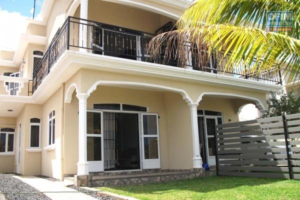 A louer long terme, Flic en flac, duplex jumelé de 4 chambres avec vue de mer dans un secteur très paisible.