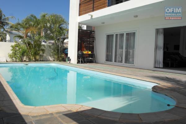 Flic en Flac à louer splendide et grande villa 4 chambres, piscine et belle vue dégagée, situé dans un quartier résidentiel et calme.
