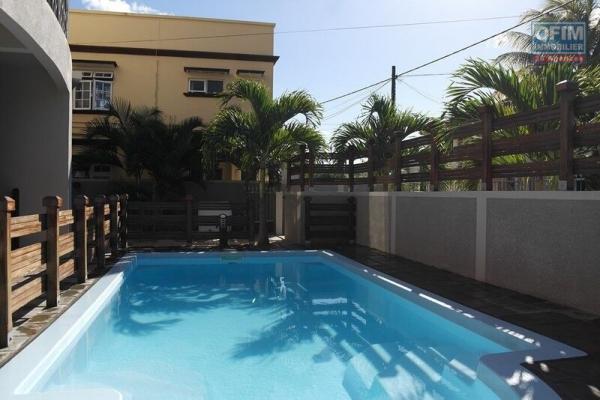 Flic en Flac une belle opportunité de louer cet appartement 3 chambres avec piscine et proche plage et commerces.