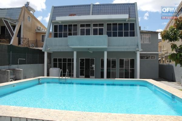 Villa duplex 4 chambres climatisées avec piscine et garage à 2 minutes du centre et de la plage au calme.