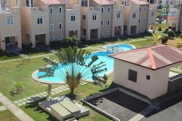 En exclusivité en vente à Grand Gaube triplex 3 chambres dans un agréable complexe sécurisée avec piscine à proche de la plage et des commerces