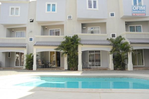 Flic en Flac à louer triplex 3 chambres avec piscine situé dans une résidence sécurisée à deux pas de la plage.