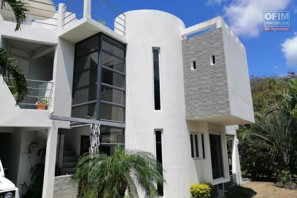 A vendre villa art déco/atypique à Vale à 2 minutes de l'autoroute dans un secteur calme et verdoyant.