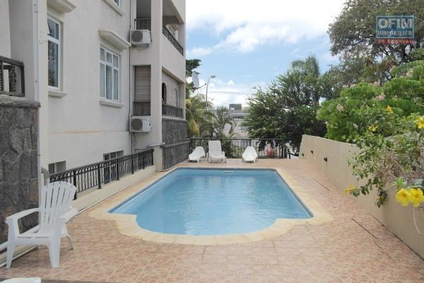 Flic en Flac à louer appartement de standing 2 chambres avec piscine à deux pas de la plage et des commerces.