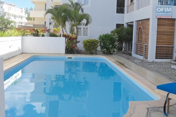 Flic en Flac à louer appartement 2 chambres climatisée avec piscine situé dans une jolie résidence sécurisée à deux pas de la plage et des commerces.