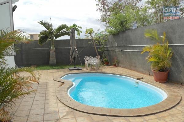 Flic En Flac à louer appartement 2 chambres avec piscine situé dans un quartier calme et résidentiel.