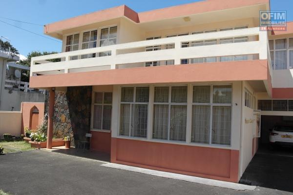 Quatre Bornes agréables et grande villa 5 chambres, garage située dans un quartier calme et résidentiel.