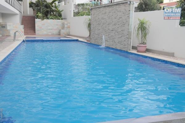 Flic en Flac à louer appartement 3 chambres climatisées avec piscine, situé dans une résidence sécurisée proche commerces et plage.