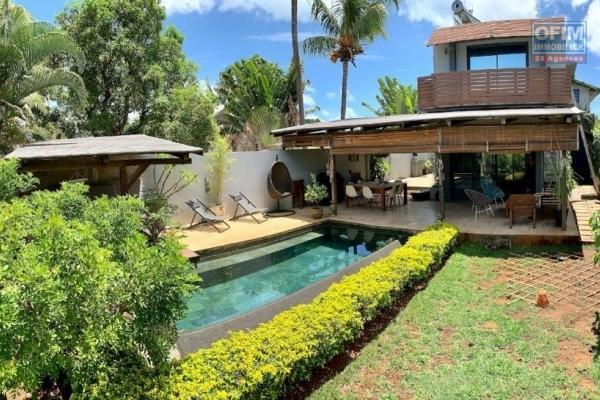 Rivière Noire à vendre somptueuse villa contemporaine 3 chambres avec piscine à débordement et double garage, au calme et proche des commodités et de l'océan.