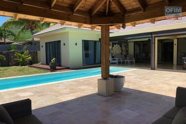 Tamarin en location magnifique villa neuve et contemporaine 3 chambres avec piscine et double garage dans un morcellement sécurisé et recherché.