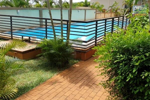 Flic en Flac à louer appartement 3 chambres situé dans une résidence sécurisée 24H/24H avec piscine et ascenseur, proche des commodités.