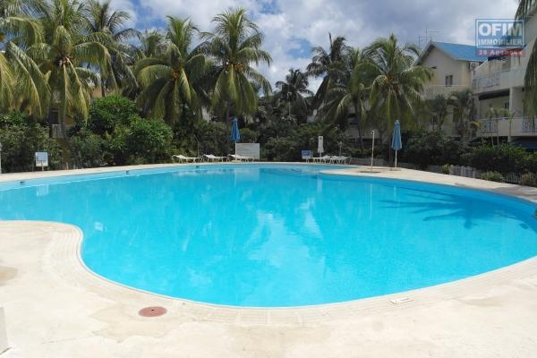Flic en Flac à vendre triplex 4 chambres avec piscine et tennis situé à deux pas de la plage et des commerces, dans une résidence sécurisée.