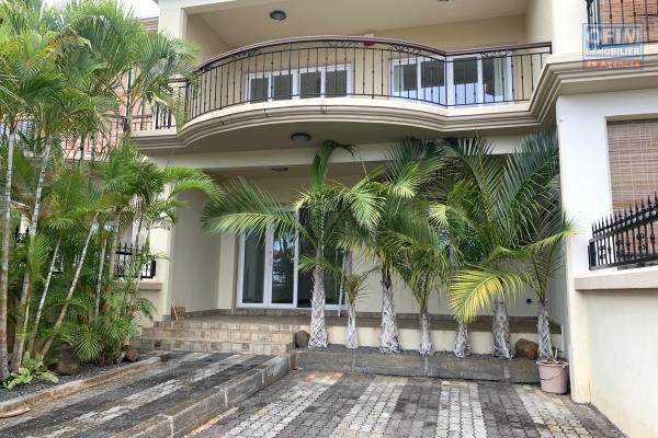Flic en Flac à louer duplex trois chambres dans un quartier calme et résidentiel.