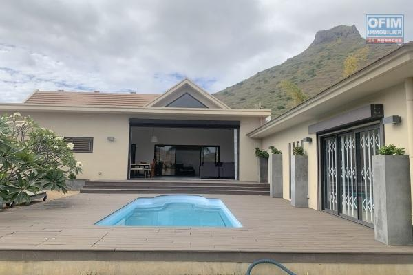 Tamarin à vendre belle villa contemporaine 4 chambres avec piscine dans un domaine sécurisé.