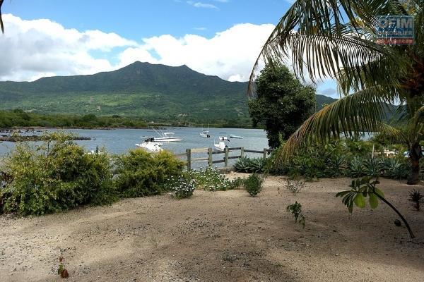 Rivière Noire à louer villa avec piscine située sur un îlot au calme, un vrai petit coin de paradis pour les amoureux de la nature.