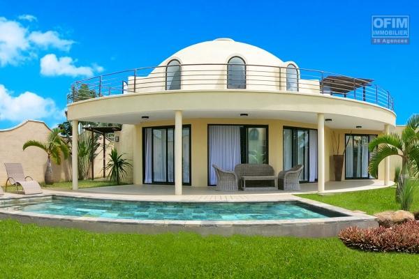 Sublime villa contemporaine et neuve idéalement située sur les hauteurs d'Albion dans un morcellement calme, résidentiel et sécurisé.