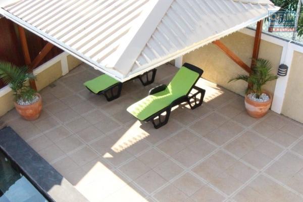 Flic en Flac à louer villa 3 chambres avec piscines et kiosque située au cœur de la station balnéaire au calme.
