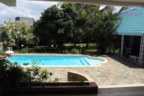 Magnifique villa lumineuse et meublée ou il fait bon vivre avec un immense terrain, piscine et un appartement sous la villa, au calme proche des commerces et de la plage.