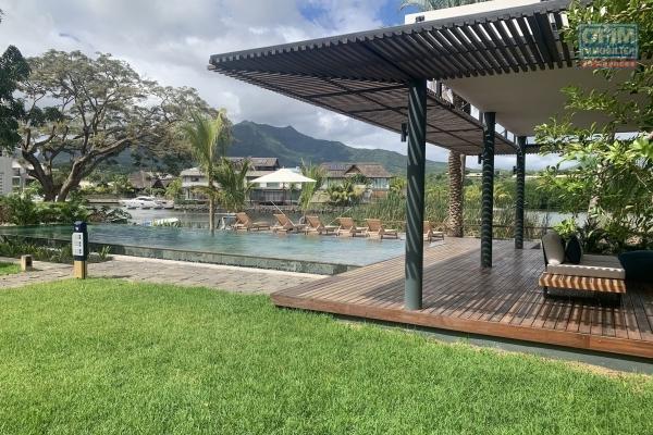 Rivière Noire à louer récents appartements 3 chambres, dans une résidence de prestige au bord de la rivière et à deux pas de l'océan, dans une résidence sécurisée avec piscine au calme.