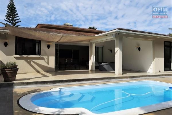 Rivière-Noire à louer agréable maison de 3 chambres à coucher, située dans un morcellement résidentiel aux portes de la nature.