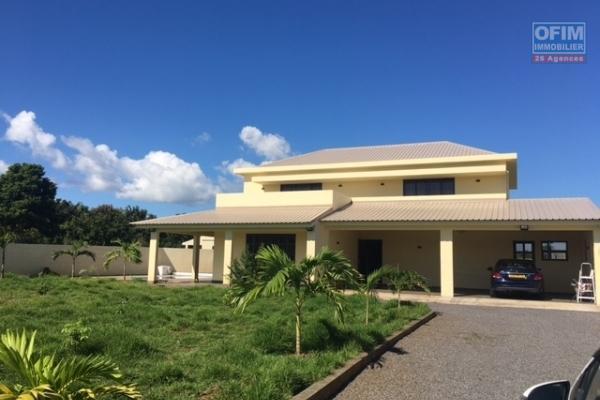 A louer villa 5 chambres dont 1 en suite sur 300 toises de terrain dans domaine privé à Pointe aux Piments.