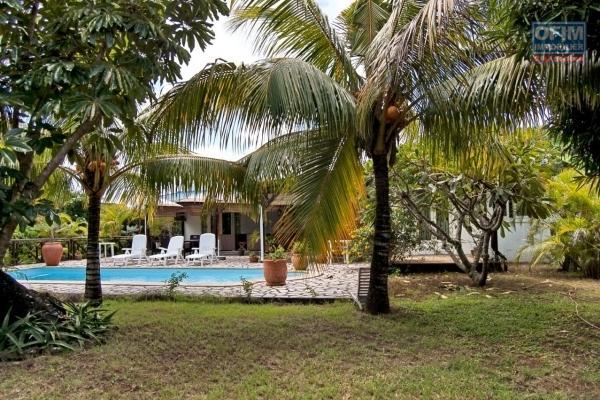 NOUVELLE EXCLUSIVITÉ GESTION LOCATIVE : Villa créole de plain pieds 4 chambres sur 1300 m2 de jardin clos et arboré, chemin 20 pieds Grand Baie.