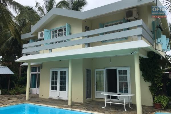 NOUVELLE EXCLUSIVITÉ OFIM GRAND BAIE : Villa de style créole, pleine de charme, 5 chambres sur 900 m2 de jardin clos et arboré plus piscine à la Pointe aux Canonniers.