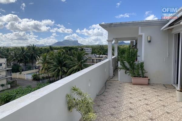 Flic en Flac à louer penthouse 2 chambres situé au quatrièmes étages sans ascenseur. Il se trouve à 20 mètres de la plage au calme avec une vue imprenable.